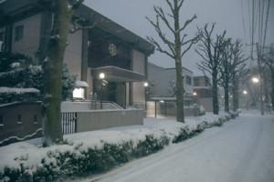 2月8日夜、まだ降り積もる雪 常盤台教会前の道路も真っ白