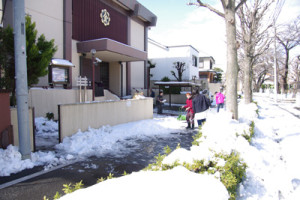 雪かき開始 翌朝教会前から近隣の道路の除雪