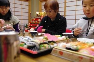 お下がりのちらし寿司で、ひな祭りをお祝い
