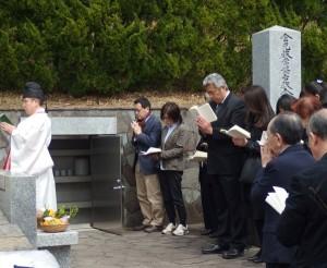 納骨堂前での式年墓前祭