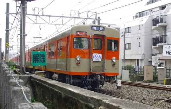 「復刻版」東上線が記念運行されました。(ときわ台駅を通過する記念列車)