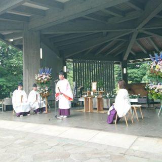 第35回戦没者慰霊平和祈願祭が執行われました。 今年も千鳥ヶ淵戦没者墓苑で、平和ならざることを懺悔し、世界亮の平和を祈願しました。 祭主を仕えられた東京センター所長は、命を根本として社会に、政治に…生きにくさや、抑圧を感じているすべての命に対して、実意を持って取り組むみたいと、挨拶をされた。